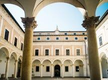 Cloître du palais ducal d'Urbino photographie stock