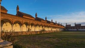 Cloître grand du monastère Carthusian de Pavie au coucher du soleil Photo stock