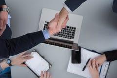 cloasing transakcję w nowożytnym biurowym wewnętrznym odgórnym widoku zdjęcia stock