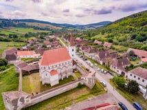 Cloasterf saxisk by och stärkt kyrka i Transylvania, Ro royaltyfri bild