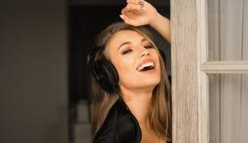 Cloce acima do retrato de uma mulher do smiley nos fones de ouvido Imagem de Stock