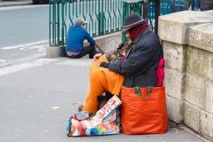 Clochard hemlös med hunden i Paris Arkivfoto