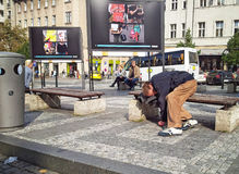 Clochard ivre dormant sur le banc en Wenceslas Square Image stock