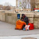 Clochard, obdachlos mit Hund in Paris Stockbild