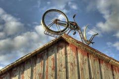 Cloche avec un vélo sur le toit Images libres de droits
