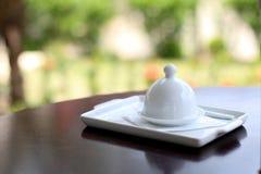 Cloche blanche dans la table image stock