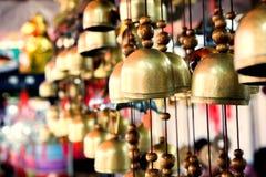 Cloche chinoise de temple accrochant le soir images libres de droits
