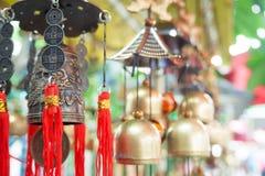 Cloche chinoise de temple accrochant le soir photo libre de droits