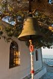 Cloche d'église devant l'église d'Agios Ioannis Kastri au coucher du soleil, célèbre des scènes de film de Mia de maman, île de S Photographie stock libre de droits