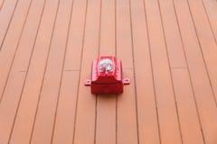 Cloche d'alarme d'incendie sur le mur en bois photo stock