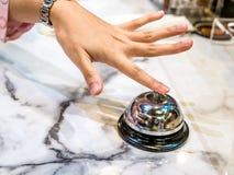Cloche d'appel dans le vintage de restaurant avec le luxe de fond de granit de service de main images stock