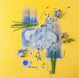 Cloche de fleurs et oignons de shnits sur un fond jaune-pourpre d'art Photos stock
