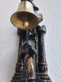 Cloche de porte d'or à l'entrée de la maison dans le mur image stock