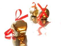 Cloche de Sleigh avec l'arc rouge de ruban Photo libre de droits