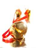 Cloche de Sleigh avec l'arc rouge de ruban Photographie stock libre de droits