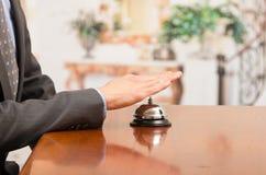 Cloche de sonnerie d'hôtel de client à la réception Image libre de droits