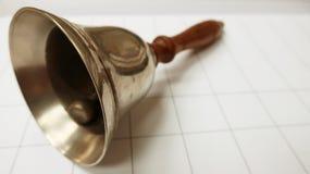 Cloche en bois en métal de vieille école photographie stock