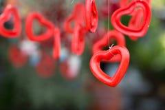 Cloche en céramique en forme de coeur et amour de mot avec le backgr vert de nature Photo libre de droits