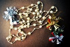 Cloche en cristal de décorations d'arbre de Noël, de perles de scintillement, argentée et d'or, chaussures argentées Photographie stock