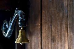 Cloche en laiton à la porte Photos stock
