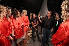 Cloche et modèles de Marc de concepteur à l'arrière plan avant le KYBOE ! défilé de mode Photo libre de droits