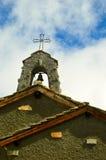 Clocher en pierre d'église avec la croix photos stock