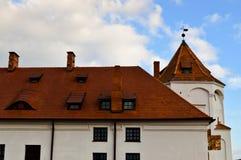 Clochers et tours grands, le toit d'un vieux, antique château baroque médiéval, une Renaissance, gothique au centre de l'Europe photo libre de droits