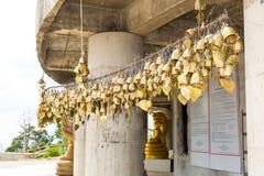 Cloches asiatiques de tradition dans le temple de bouddhisme en île de Phuket, Thaïlande Grandes cloches célèbres de souhait de B Images stock
