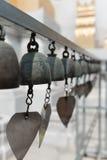 Cloches bouddhistes avec des souhaits dans un temple Photographie stock libre de droits