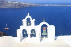 Cloches d'église au-dessus de la mer Égée Images stock