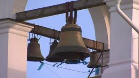Cloches d'église sur la tour de cloche banque de vidéos