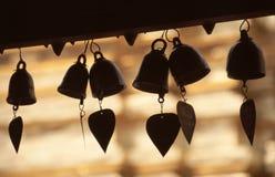 Cloches de coeur dans le temple bouddhiste Image stock