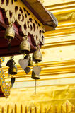 Cloches en métal accrochant sur le toit Photos stock