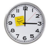 Clock With Don't Forget Stiky Paper Royalty Free Stock Photography