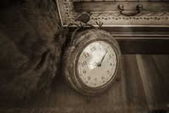 clock gammalt arkivfoto