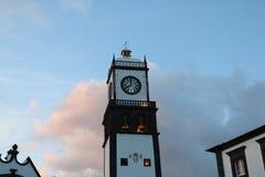 Clock står hög av kyrka av San Sebastian på Ponta Delgada Royaltyfri Foto