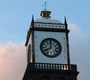 Clock står hög av kyrka av San Sebastian på Ponta Delgada Arkivbilder