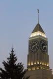 Clock står hög i aftonen Royaltyfria Bilder
