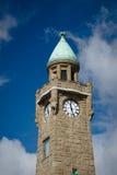 Clock står hög i den Hamburg hamnen Royaltyfri Fotografi