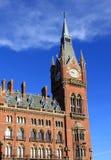 Clock står hög det St Pancras renässanshotellet London Royaltyfri Foto