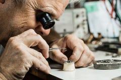 Clockmaker ремонтируя наручные часы Стоковые Фотографии RF