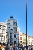 Clocktower和游人圣马克广场的 免版税库存图片
