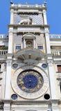 clocktower小山谷指示orologio st torre威尼斯 库存图片