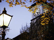 Clocktower bij schemer met straatlantaarn Royalty-vrije Stock Afbeeldingen