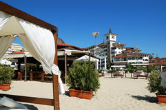 Clocktower e ambrellas na praia Imagens de Stock Royalty Free