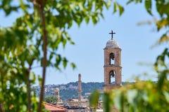 Clocktower katedra przeciw jasnemu niebieskiemu niebu w Hania, Crete, Creece obraz stock