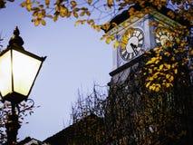 Clocktower på skymning med streetlampen Royaltyfria Bilder