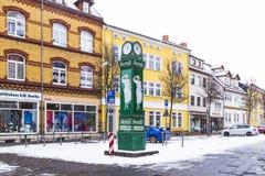 Clocktower velho com propaganda para o pó de lavagem na neve Imagens de Stock