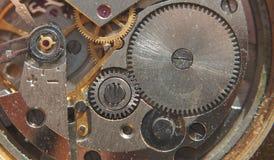 clockwork Les vitesses, les ressorts et d'autres pièces de la montre sont visib photographie stock libre de droits