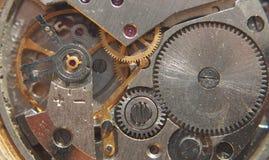 clockwork Les vitesses, les ressorts et d'autres pièces de la montre sont visib photographie stock